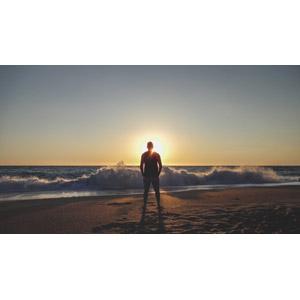 フリー写真, 人物, 男性, 後ろ姿, 人と風景, ビーチ(砂浜), 海, 波しぶき, 夕暮れ(夕方), 夕日, 太陽光(日光), ギリシャの風景