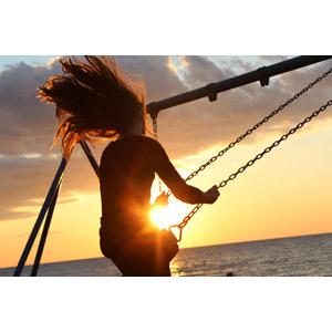 フリー写真, 人物, 少女, 外国の少女, 遊具, ブランコ, 人と風景, 髪がなびく, 夕暮れ(夕方), 夕焼け, 夕日, 太陽光(日光), 海