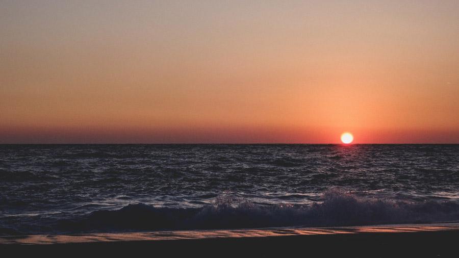 フリー写真 沈む夕日と海の風景