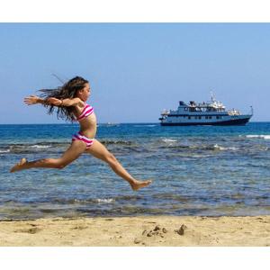 フリー写真, 人物, 子供, 女の子, 外国の女の子, 水着, ビキニ, 跳ぶ(ジャンプ), ビーチ(砂浜), 海, 人と風景, 人と乗り物, 船