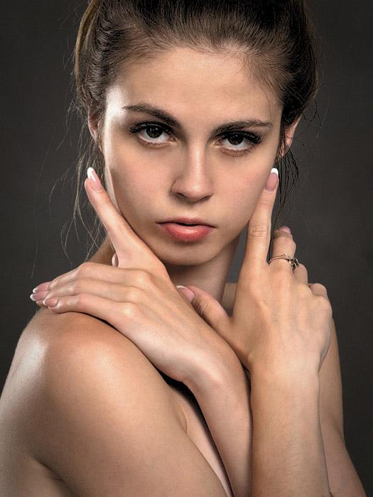 フリー写真 立てた人差し指を顔にそえる外国人女性