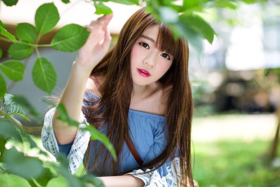 フリー写真 木の葉っぱと女性のポートレイト