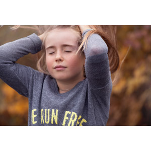 フリー写真, 人物, 子供, 女の子, 外国の女の子, 女の子(00034), 目を閉じる, 髪をかき上げる