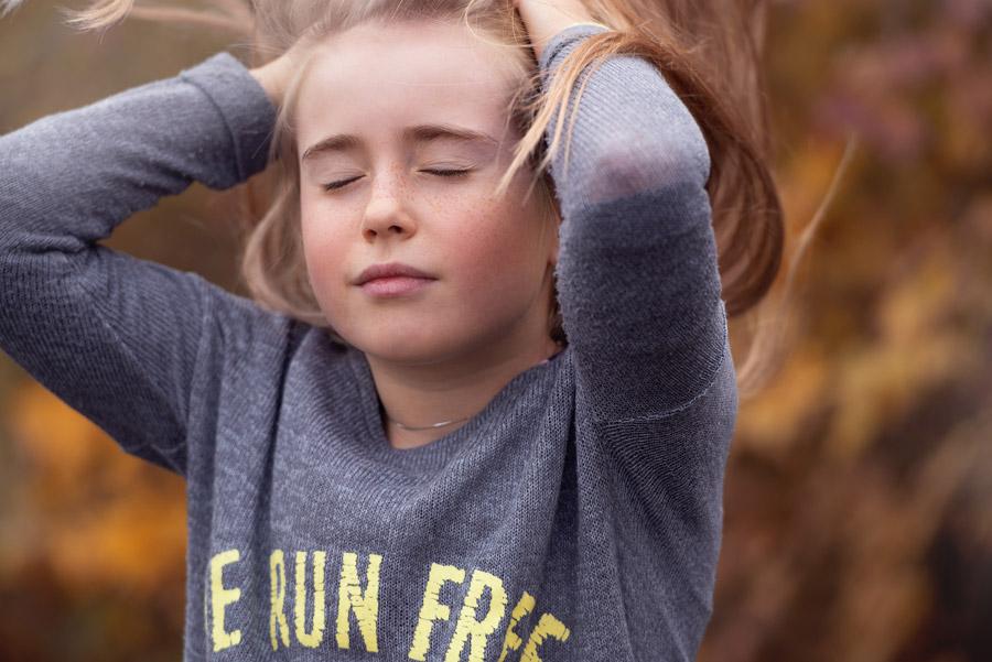 フリー写真 目を閉じて髪のかき上げる女の子