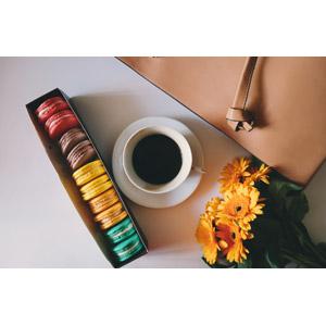 フリー写真, 飲み物(飲料), コーヒー(珈琲), コーヒーカップ, 食べ物(食料), 菓子, 洋菓子, マカロン, 花束, 花, オレンジ色の花