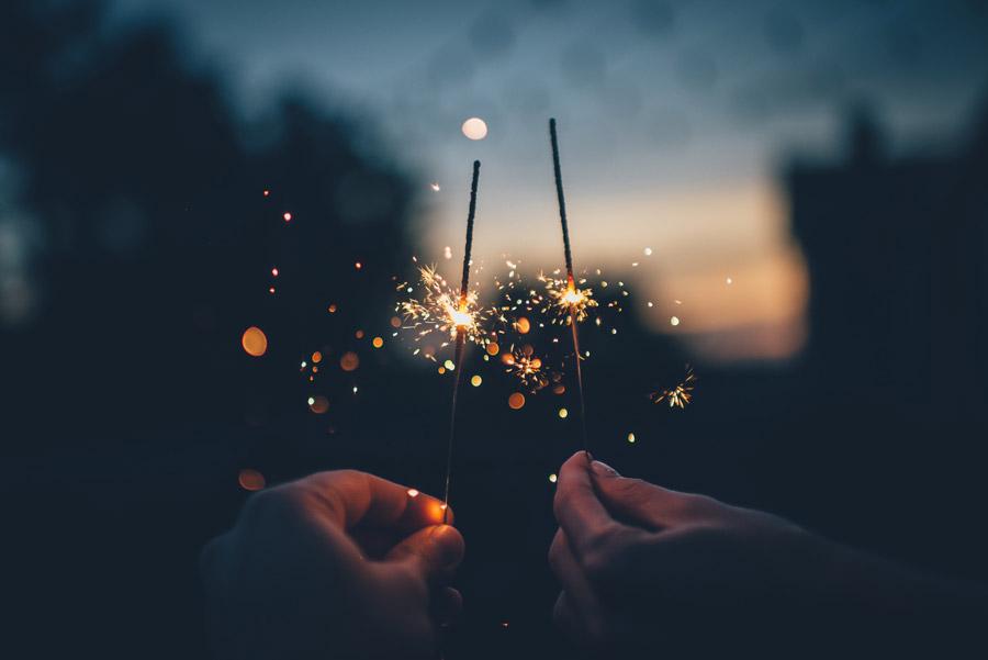 フリー写真 手に持つ二本の線香花火