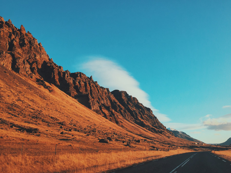 フリー写真 アイスランドの山脈の側を走る道路の風景