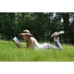 フリー写真, 人物, 女性, 外国人女性, ベルギー人, 本(書籍), 読む(読書), 腹這い, 草むら, 麦わら帽子