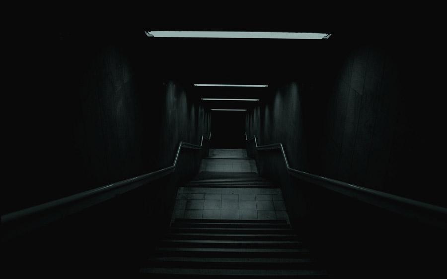 フリー写真 地下に向かう階段の風景