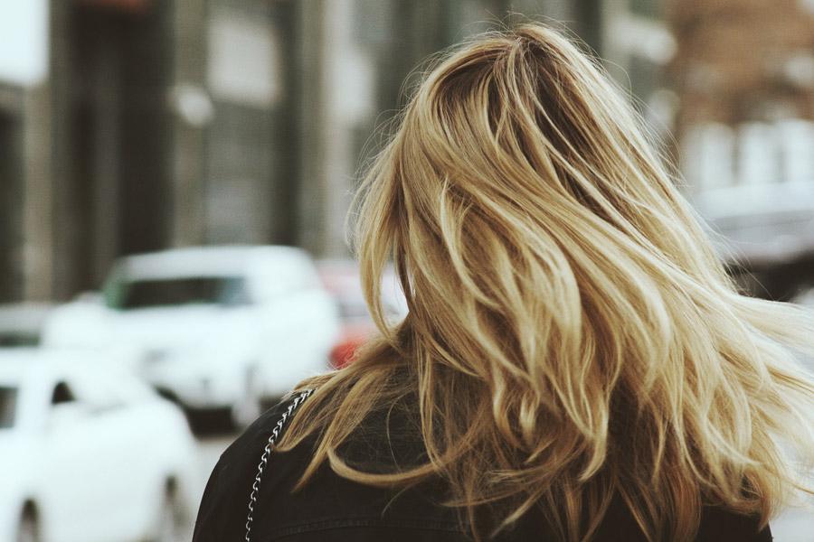 フリー写真 街を歩く金髪女性の後ろ姿