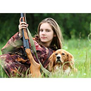 フリー写真, 人物, 少女, 外国の少女, ロシア人, 銃(鉄砲), 散弾銃(ショットガン), 人と動物, 動物, 哺乳類, 犬(イヌ), 狩猟(狩り), 狩人(ハンター)