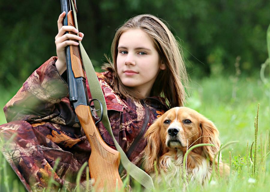 フリー写真 猟犬と猟銃を持った少女