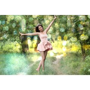 フリー写真, 人物, 女性, 外国人女性, 女性(00254), ルーマニア人, 人と風景, 手を広げる, 踊る(ダンス), 小道, 玉ボケ