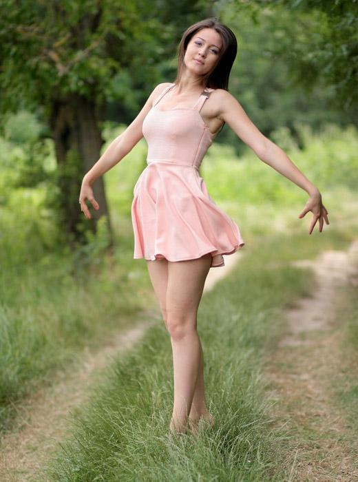 フリー写真 踊りのポーズをとる外国人女性