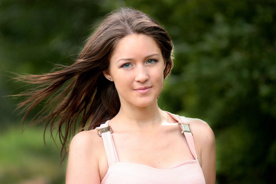 フリー写真 髪の毛がなびく外国人女性のポートレイト