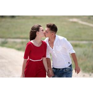 フリー写真, 人物, カップル, 恋人, 女性(00195), ルーマニア人, キス(口づけ), 愛(ラブ), 手をつなぐ