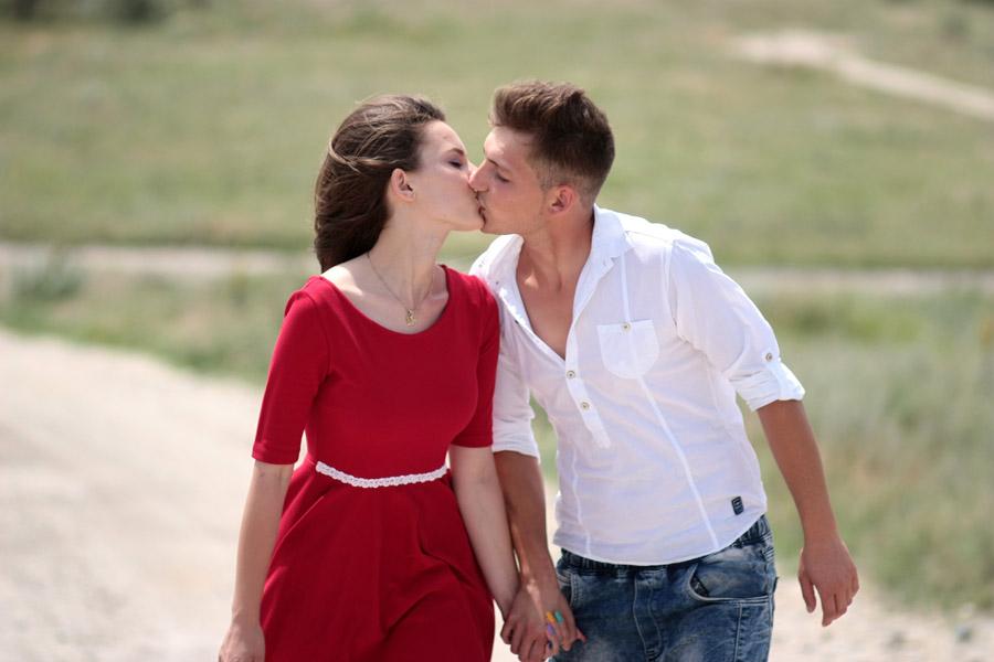 フリー写真 手をつないでキスをする外国のカップル