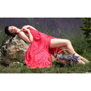 フリー写真, 人物, 女性, 外国人女性, ルーマニア人, 女性(00241), ドレス, 寝転ぶ, 仰向け, 寝る(寝顔), 人と花, ラベンダー