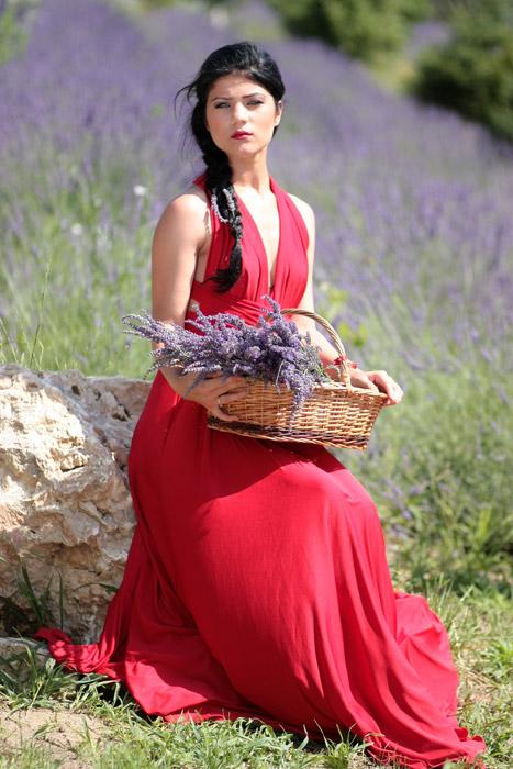 フリー写真 ラベンダーの花とドレス姿の外国人女性
