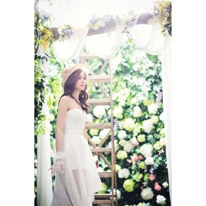 フリー写真, 人物, 女性, アジア人女性, 女性(00248), 中国人, 結婚式(ブライダル), ウェディングドレス, 帽子, 人と花