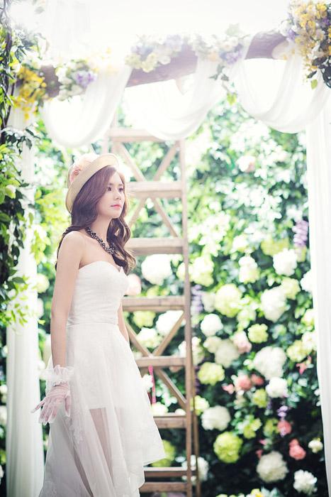フリー写真 飾られた花とウェディングドレスを着た新婦