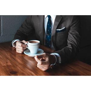フリー写真, 人物, 男性, メンズスーツ, 飲み物(飲料), コーヒー(珈琲), コーヒーカップ