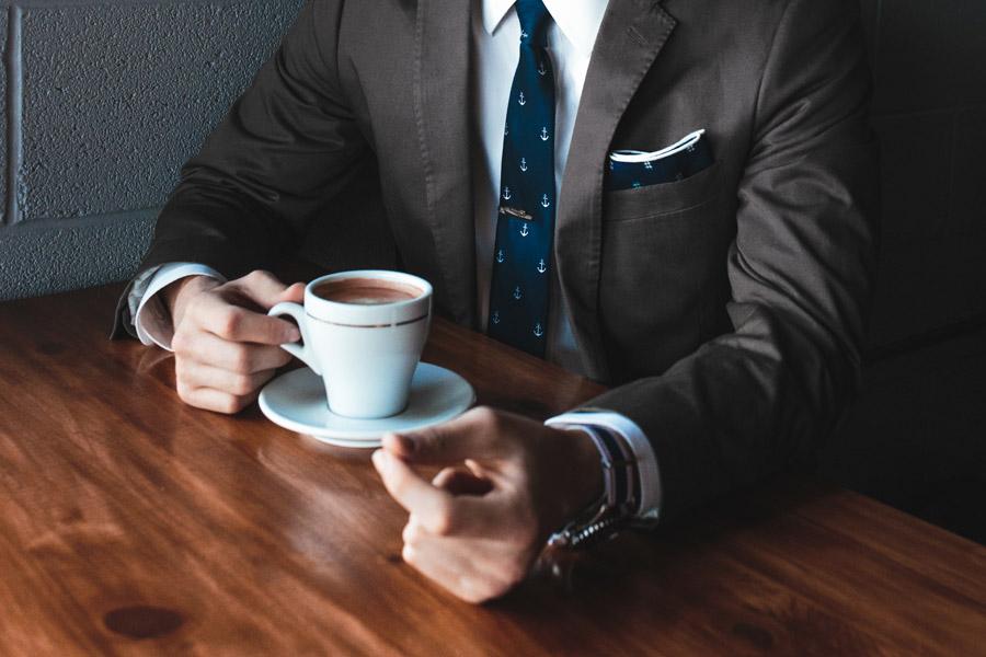 フリー写真 コーヒーを飲むスーツ姿の男性