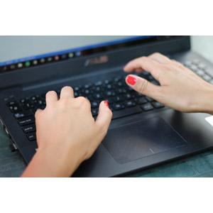 フリー写真, 人体, 手, 家電機器, パソコン(PC), ノートパソコン, タイピング