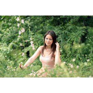 フリー写真, 人物, 女性, 外国人女性, 女性(00254), ルーマニア人, 人と花, 草むら