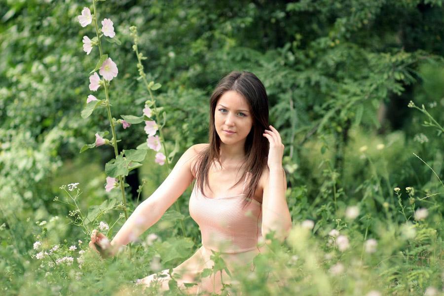 フリー写真 草花の中にいる外国人女性