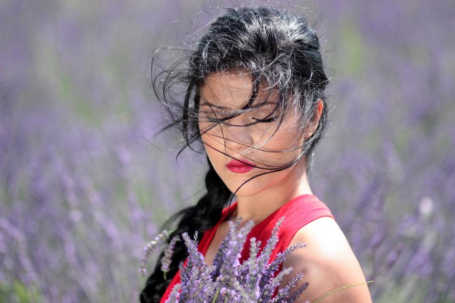 フリー写真 ラベンダー畑で目を閉じる外国人女性