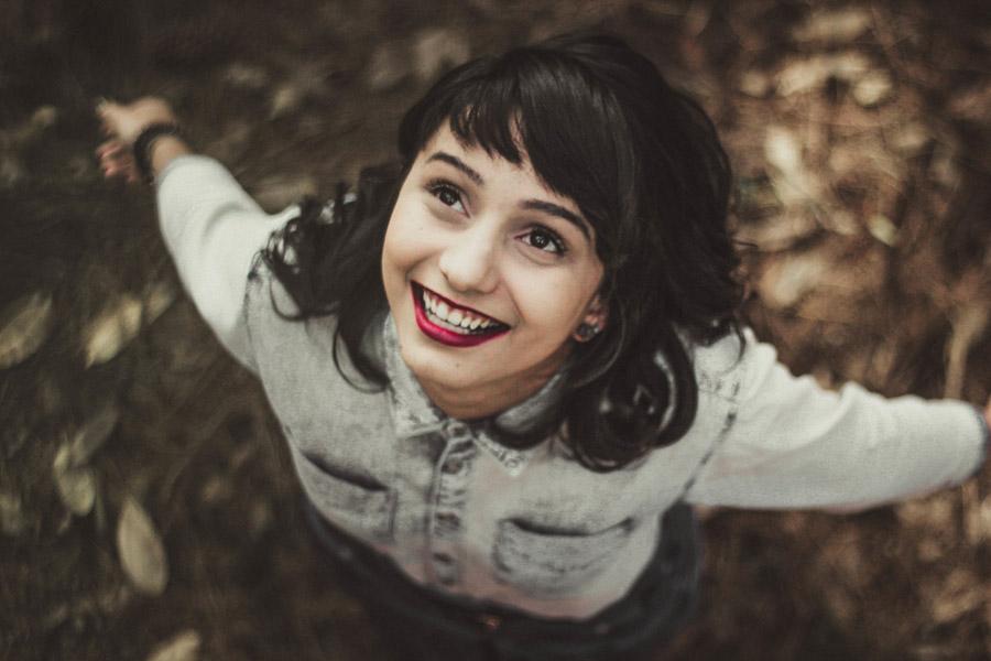 フリー写真 空を見ながら歓喜にみちた表情の外国人女性
