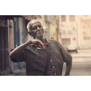 フリー写真, 人物, 老人, シニア男性, インド人, 腰に手を当てる, 煙草(タバコ)