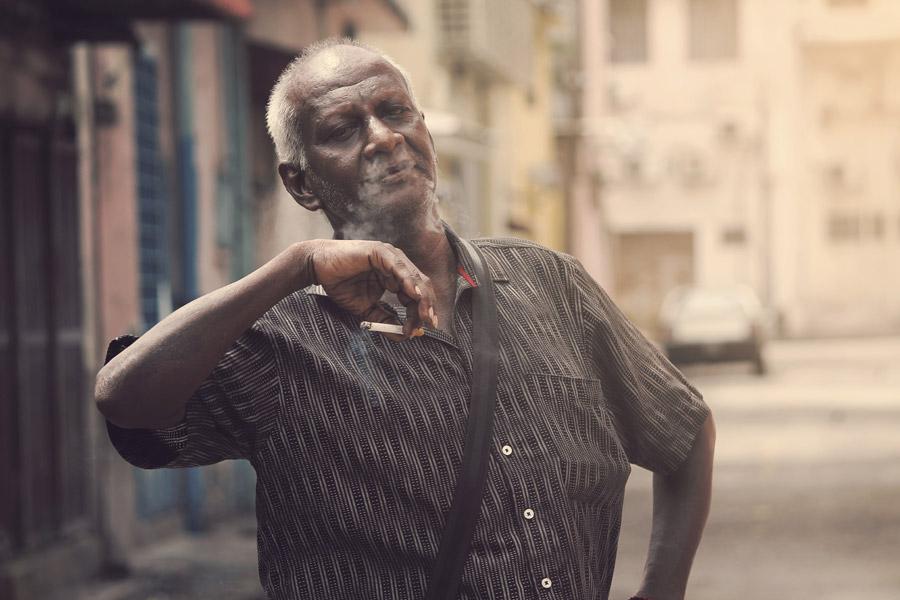 フリー写真 タバコを吸うインドのシニア男性