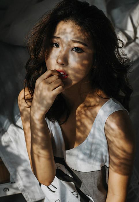 フリー写真 爪を噛む女性のポートレイト