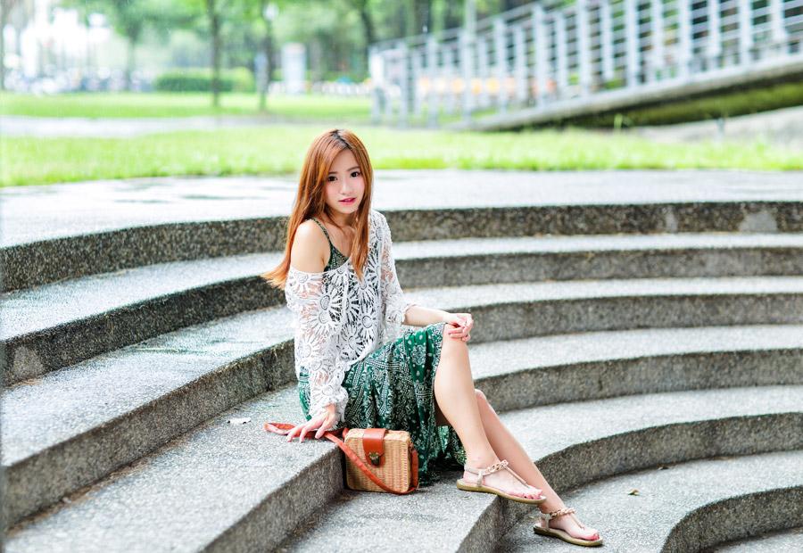 フリー写真 階段に座っている女性のポートレイト