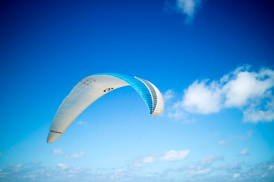 フリー写真 青空を飛ぶパラグライダー