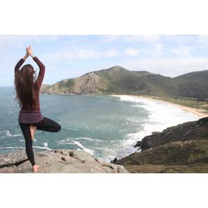 フリー写真, 人物, 女性, 外国人女性, 後ろ姿, 人と風景, 運動, ヨガ, 体操, ストレッチ, 海, 海岸, 崖