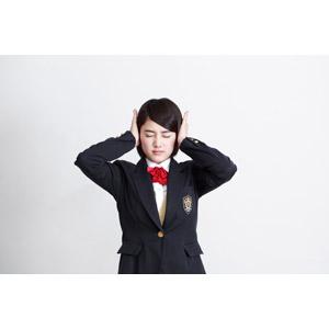 フリー写真, 人物, 少女, アジアの少女, 少女(00212), 学生(生徒), 学生服, 高校生, ブレザー制服, 耳を塞ぐ, 目を閉じる, 白背景