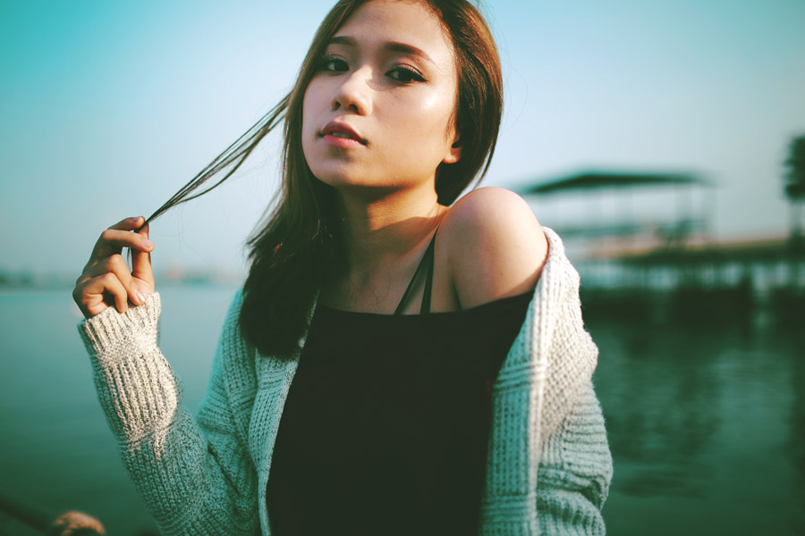 フリー写真 髪の毛をつまむ女性のポートレイト