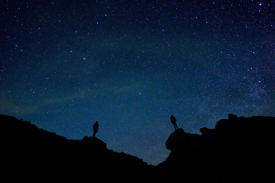 フリー写真 星空と二人の人物のシルエット