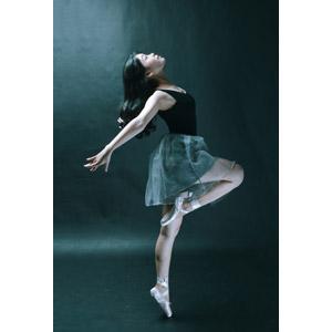 フリー写真, 人物, 女性, アジア人女性, バレエ, バレリーナ, つま先立ち, 踊る(ダンス), 見上げる(上を向く), 横顔, 女性(00258)