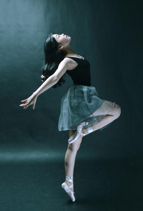 フリー写真 片足を上げて踊るバレリーナ