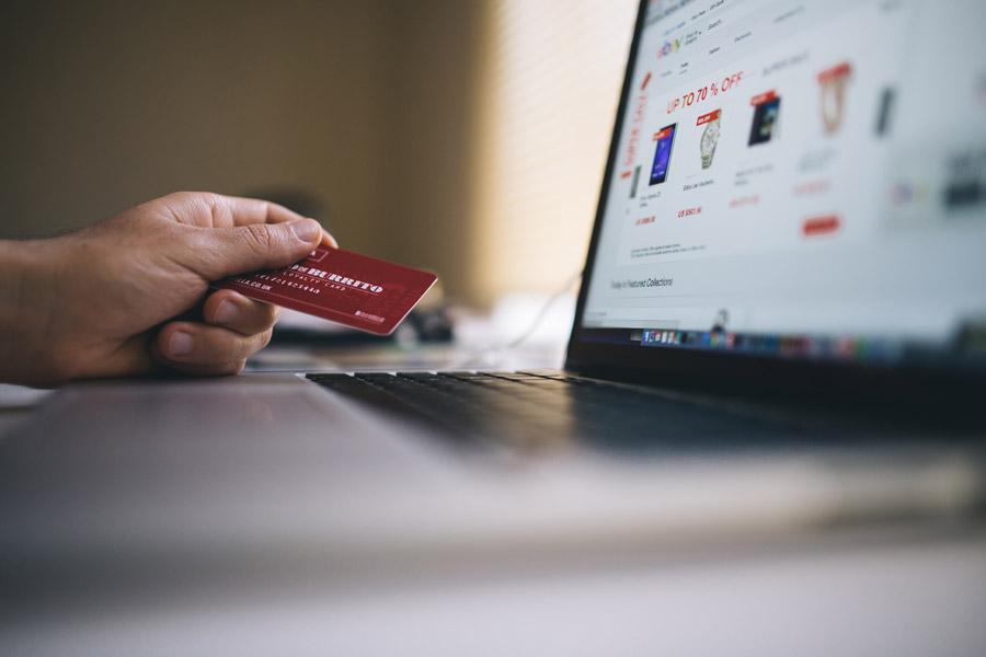 フリー写真 クレジットカードでオンラインショッピング