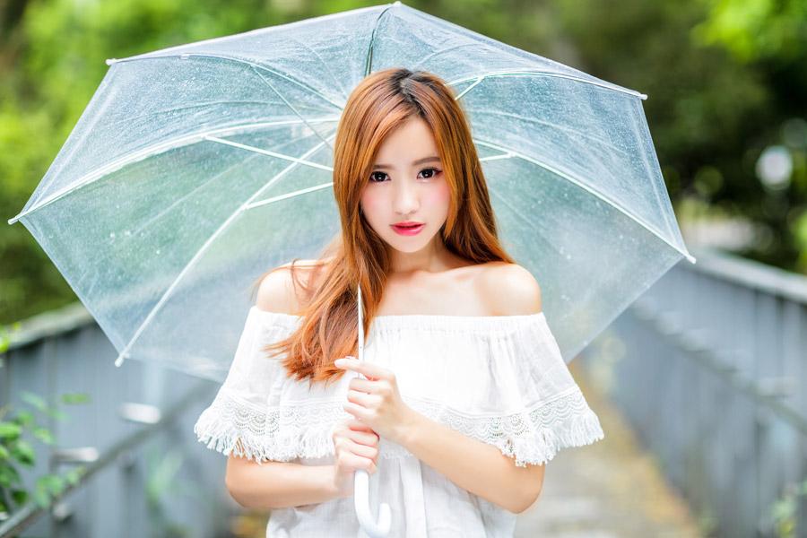 フリー写真 ビニール傘を差す女性のポートレイト