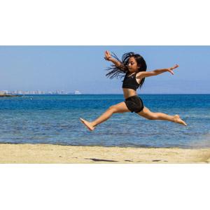 フリー写真, 人物, 子供, 女の子, 外国の女の子, 跳ぶ(ジャンプ), ビーチ(砂浜), 海, 人と風景, 手を広げる