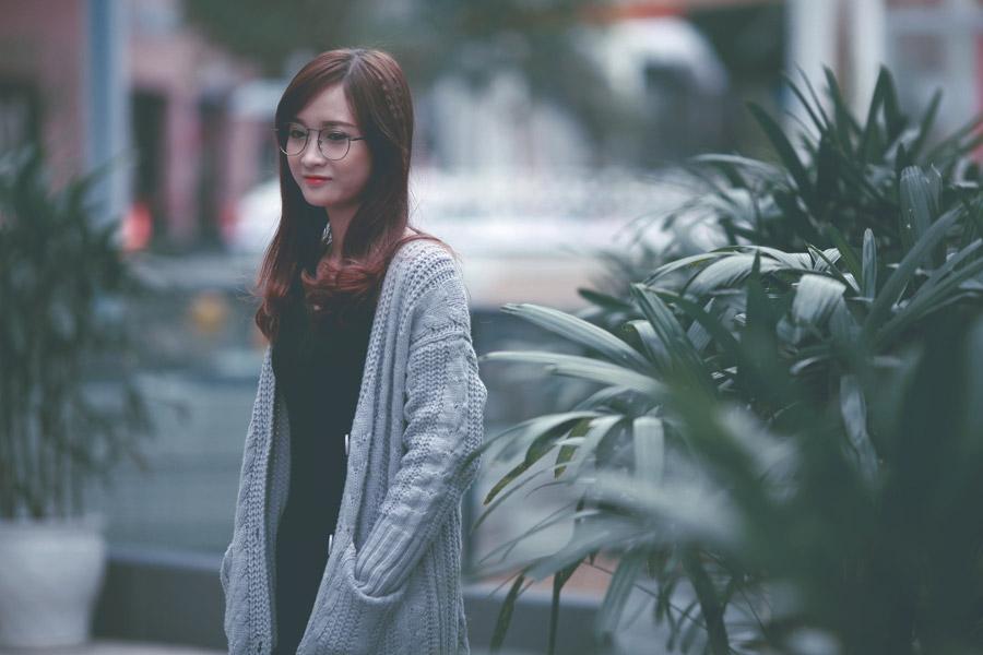フリー写真 植物の前の眼鏡をかけた女性のポートレイト