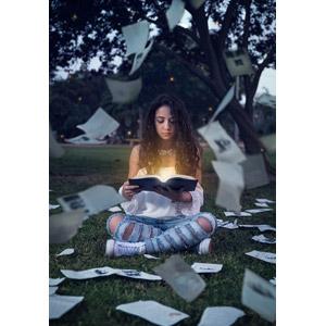フリー写真, 人物, 女性, 外国人女性, 読む(読書), 本(書籍), 光(ライト), あぐらをかく, 座る(地面), 紙(ペーパー)