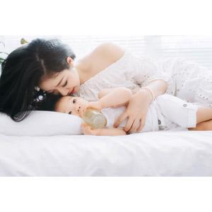 フリー写真, 人物, 親子, 母親(お母さん), 子供, 赤ちゃん, 飲む, 哺乳瓶, 横たわる