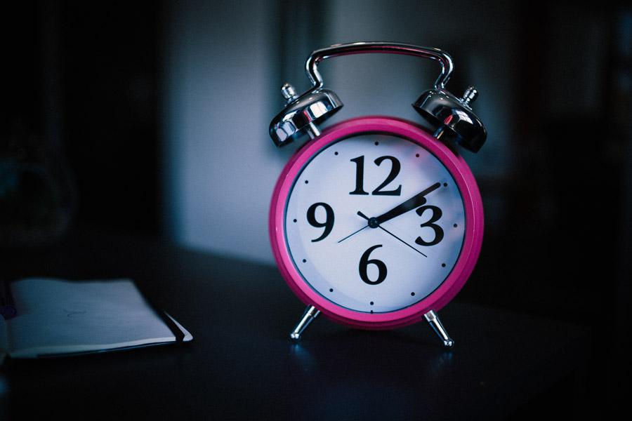 フリー写真 2時10分を指す目覚まし時計